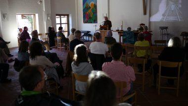 Pfarrer i.R. Prof. Thiede beim Vortrag in der Emmaus-Kirche in Feldkirchen (unter Corona-Bedingungen am 27. 9. 2020).