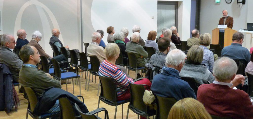 Werner Thiede beim Vortrag im Theologischen Quartett in Trier am 8. 12. 2019.